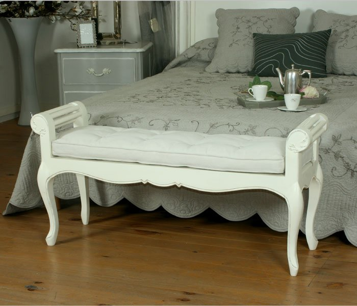 pin meubles lits bout de lit blanc capitonn chesterfield on pinterest. Black Bedroom Furniture Sets. Home Design Ideas